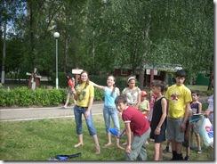 Организовать спортивно-игровую программу для старших детей!